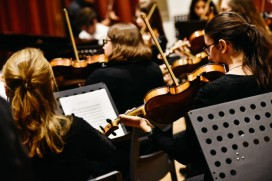musicos-concierto-musica-clasica-tocando-violines_47726-5136
